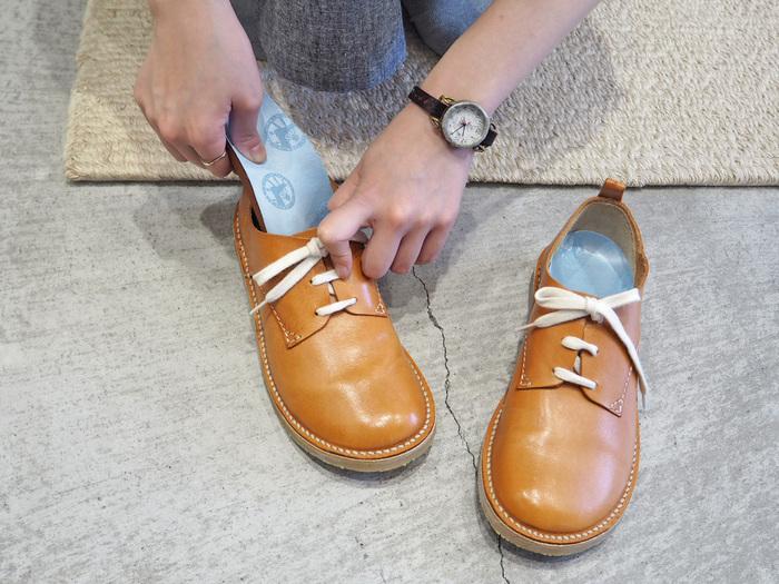 シューズを買い替えるまでにはいかないけど、その履き心地を味わってみたい……そんな方におすすめなのが「ビルケンシュトック」の機能が搭載されたインソール『ブルーフットベッド』。お手持ちのシューズに装着するだけで、快適な歩行をサポートしてくれます。