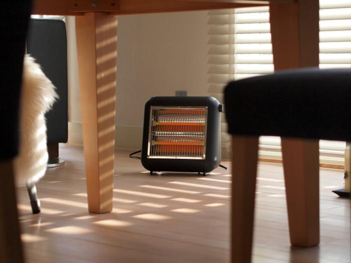 コンパクトなヒーターは、ダイニングテーブルや作業デスクの足元にも置きやすい◎倒れたときは自動で電源がオフになるので、誤って蹴ってしまったときも安心です。背面には取っ手も付いていて、持ち運びも楽々!メインの暖房器具とは別に、ピンポイントで暖めたいときに便利です。