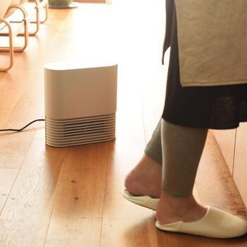 ±0のセラミックファンヒーターは、高さ30cm×幅29cm×奥行11.5cmのコンパクトタイプ。スイッチを入れてから約5秒で、本体下部のパネル部分から、暖かい風を吹き出してくれます。足元をピンポイントで暖めてくれるので、キッチンでの作業も楽になりますね。