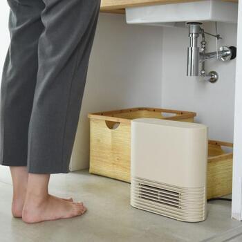 小さいから、洗面台の下にだって置けちゃいます。3~4畳分のスペースなら、こちらのヒーターにおすすめ。余計なデザインがないので、どんな場所にも馴染みます。モードが選べたり、パネルの角度が変えられたり、タイマーや転倒時OFF機能が付いていたりと、機能面も文句なしです。ヒートショック対策にも効果的です。