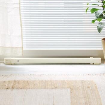 窓から入ってくる冷気は、暖房器具の効率的な運転を妨げているんだとか。この冷気をブロックできれば、体感温度が約2度も上昇すると言われているんです。そんな窓からの冷気対策にぴったりなのが、ウインドーラジエーター。冷気をブロックしてくれると同時に、結露抑制にも役立つ優れものです。