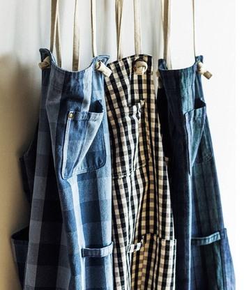 haco!(ハコ)のオリジナル生地・やわらか帆布で作られた、チェック柄のくたくたエプロン。やわらかさと丈夫さが自慢です。ギンガムチェックやブロックチェックなど、定番のチェック柄を採用。年中使えるカラーリングも魅力です。