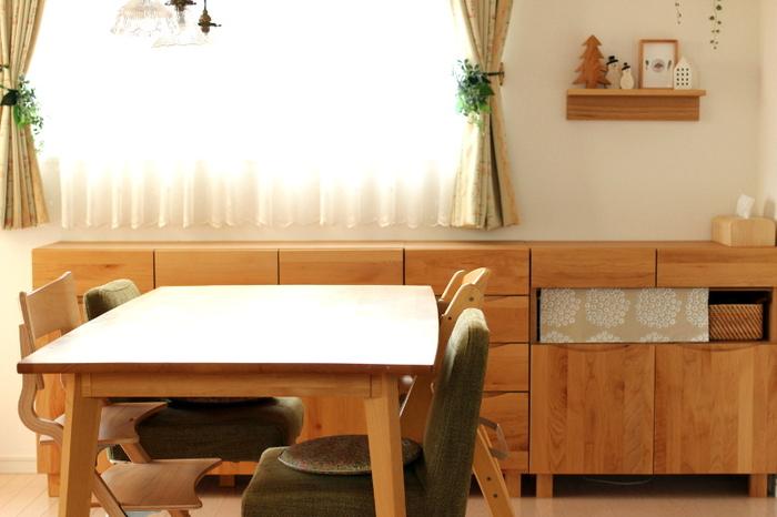 ダイニングルームは勉強するにはとてもいい環境です。多くのご家庭では、ダイニングテーブルは広々としていますし、座り心地のいい椅子もあります。テーブルを明るく照らす照明も完備されていることが多いでしょう。勉強を始めようと思ったらすぐに始められるのがダイニングルームなのです。