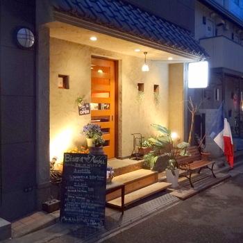 新宿の西側、幡ヶ谷の商店街から路地を入った所にあるこちらのお店はミシュランのビブグルマンにも選ばれたフランス料理屋さん。