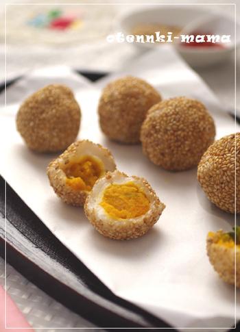 ごま団子は小豆餡が定番ですが、こちらのレシピはかぼちゃで作った餡を包んでいます。ほっくりとした甘みとアーモンド、シナモンの香りがクセになる一品。揚げたて熱々をいただきましょう!