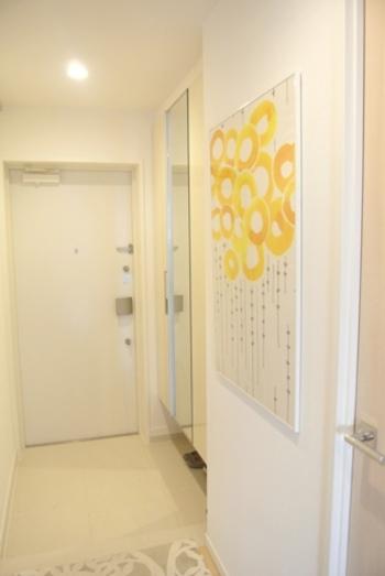 可愛らしい黄色の花模様のファブリックで、玄関が一気に明るい印象になります。  お気に入りの生地をフレームに入れるだけで簡単に作れるので、思い立ったらすぐに真似できそうなアイディアですね♪