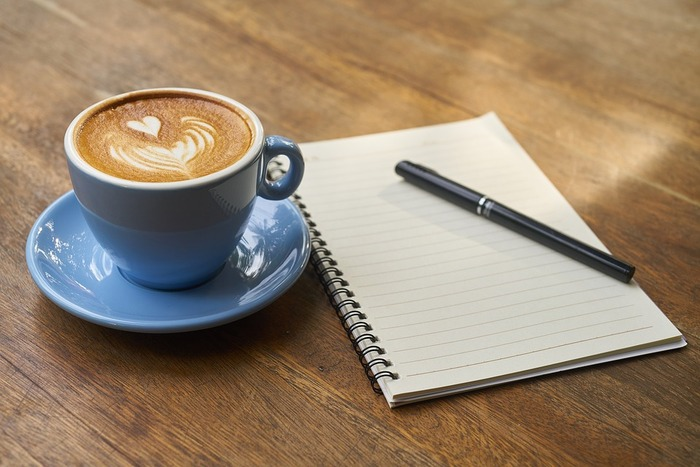 カフェで勉強する大人は案外多いものです。しーんとしているよりも適度なざわめきがある方が心地よく感じる人は、お気に入りのカフェを見つけて勉強場所とするのもいいですね。カフェで勉強する場合は、広めのテーブルの席を確保できるようにするのが、しっかり集中して学習するポイントになります。