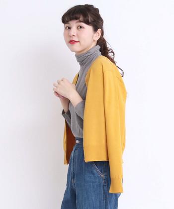 ダークトーンや落ち着いたカラーのお洋服が気になる秋冬コーデは、明るく華やかな差し色を取り入れたいもの。特におすすめしたいのが、イエローカラーのアイテム!ブラックやグレー、ブラウンなどのアイテムとも相性ぴったりで、1点プラスするだけで、グッと垢抜けた印象になりますよ。 イエローのお洋服を上手に取り入れて、秋冬コーデをおしゃれに格上げしてみませんか?