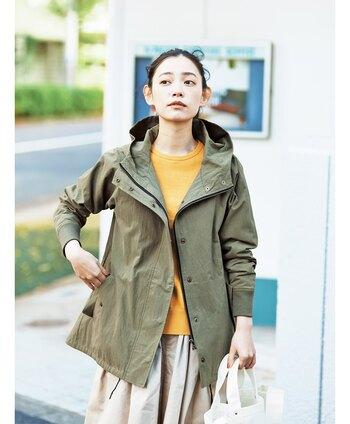 印象的なイエローカラーの洋服は、コーディネートが難しいと感じている方も多いはず。でもイエローアイテム以外の色味を抑えれば意外と取り入れやすく、垢抜けた印象にしてくれます。 まずは定番のシンプルアイテムやいつものコーディネートに、イエローを取り入れてみてはいかがでしょうか?