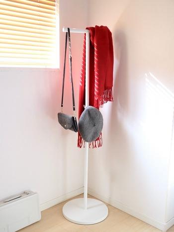 ポールハンガーなら、玄関のコーナーにも置きやすい◎  「TOWER」シリーズのポールハンガー。 S字フックを使わずにバッグなどを掛けられ、見た目もシンプルなのが魅力です。