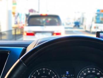 大人ならではの勉強時間として、車での通勤時間があります。窓を閉めた車の中は個室と同じです。スマホなどに学習事項を音源として録音しておき、音楽を流す代わりに耳での学習に充てるといいですね。語学学習でしたら、一緒に発音してみることもできますね。
