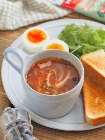 こちらも短時間で簡単に作れる美味しいトマトスープです。マグカップに材料を全て入れて、レンジで2分加熱するだけであっという間に完成です。お野菜がたっぷり入った栄養満点の温かいスープは、冷えが気になるこれからの時季におすすめです。