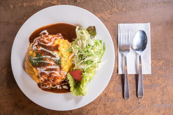 人気のランチはどれもリーズナブル!オムライスやカレー、目玉焼きのせナポリタンなど、ボリューミーで美味しいカフェ飯に大満足。サラダやドリンクも付いてくるのでとってもお得です。