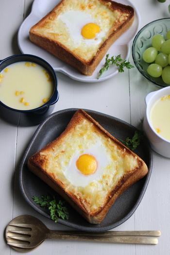 """パン派の方には、チーズ&卵のまろやかな味わいが美味しい「ハチャプリ」もおすすめです。パンの上に具材をのせて、トースターで5~8分程こんがりと焼いたら完成。「ハチャプリ」とはグルジア料理で""""チーズパン""""という意味なんだそうです。ボリューム満点の美味しいトーストがあれば、朝から贅沢な気分になれそうですね♪"""