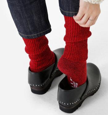 赤を差し色に取り入れるのが難しい。そう感じる方におすすめなのが、赤靴下を活用するコーディネートです。ポイントは黒のシューズとデニムやベージュなど落ち着いたカラーのボトムスを合わせるだけ。赤靴下をチラ見せして、おしゃれ度をグッと高めましょう♪