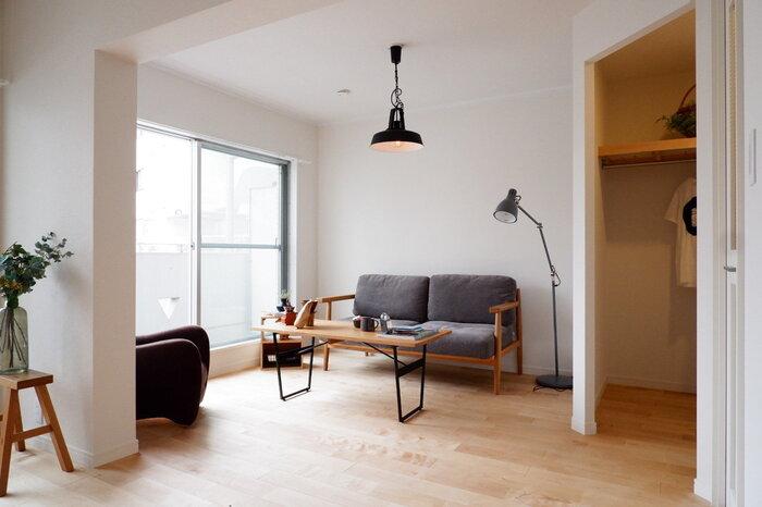 無駄のないシンプルで機能的な木製家具を選べば、洗練された雰囲気に。北欧デザインの照明は、光の質にもこだわると一層雰囲気が出ます。温かみのある色合いの光を、意識して選んでみては。