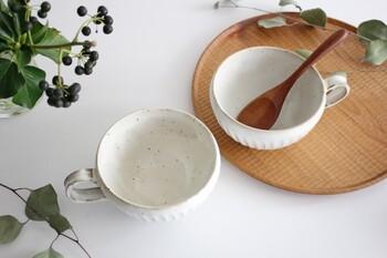 柔らかく優しい色合いで、具だくさんの野菜スープやコーンスープなど、食材の色味をおいしそうに引き立ててくれる風合いが魅力的。朝食のシリアルボウルとしても使えるサイズ感で、さまざまな用途に使えそう。