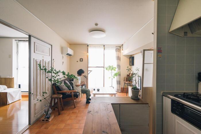 女性らしいナチュラルインテリアにヴィンテージスタイルのエッセンスをプラスするなら、ダークブラウンなどシックな色合いの家具やアイテムをプラスしてみましょう。  素材は、レザーやデニムなど経年変化を楽しめるモノを。インテリアグリーンをプラスするのも忘れずに。