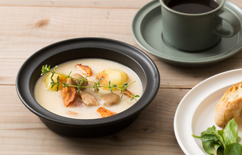 スタンダードな洋食器をベースに独自のデザインを加えた器は「かもしか道具店」のもの。使い勝手のいい6寸サイズで、具材たっぷりのスープやサラダ、シリアルにちょうどいい大きさです。