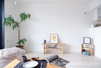 直線的で機能的なデザインが多いモダンスタイルの家具。木製家具を選ぶときにも、無駄のないデザインを選ぶと雰囲気が出ます。  また、インテリアのアクセントにモノトーン小物などを取り入れると引き締まった印象に。モノを置き過ぎず、すっきりとまとめることが大切です。