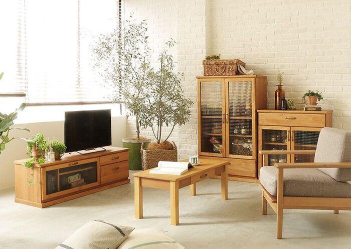 外国の田舎で暮らしているような雰囲気を演出するのが「カントリースタイル」。素朴な素材感、クラフト感のあるデザインの木製家具でつくる味わいのあるインテリアです。