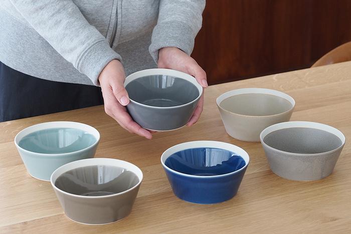 カラーはベーシックで落ち着いた展開の計6色。どの色もスモーキーな色味で統一感のあるコーディネートが可能に。電子レンジ、食器洗浄機に対応し実用性も◎。