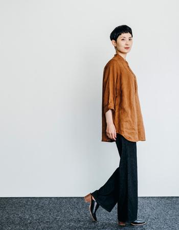 きちんと感のある定番のロミーナシャツ。ゆったりとした身頃で、女性らしいラインの美しさを見せることができます。