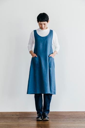 ふんわりと広がった裾が素敵なAラインのエプロン。まるでドレスのように着こなすことができます。シンプルなお洋服の上にさらりと着れば、お洒落な部屋着としても使えます。