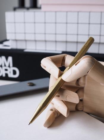 シャーペンや鉛筆よりボールペンの方が書きやすければ、どんどんボールペンで記入していきましょう。修正テープなどを使うのが面倒であれば、斜線などでささっと消してそのまま横に書いてしまうのでもOK。きれいにまとめた見栄えの良いノートよりも、学習したことを頭に叩き込むために作られたノートの方がカッコいいものですよ。