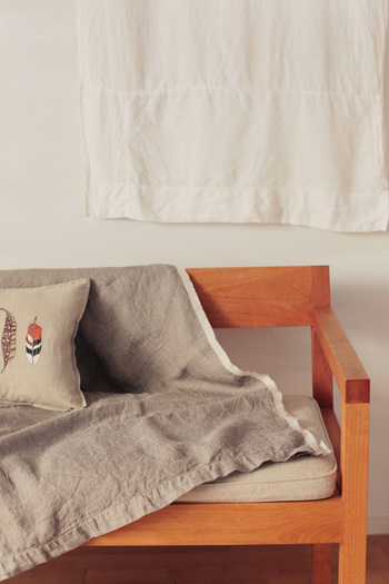 ワッフル地のリネンタオルケットはお昼寝にもちょうどいいボリューム感。すっぽりと体を包み込めば、穏やかな時間が訪れます。