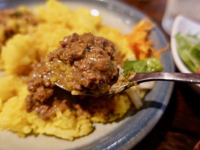 """人気の""""キーマカレー""""。見た目はキーマっぽくない?でもジューシーなお肉を感じながらしっかりとした辛みのあるインド系のテイスト。ほかではなかなか味わえない逸品です。"""