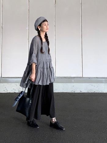 小さなバッグが素敵なのは、ファッションとしておしゃれなのはもちろんのこと、必要最低限のものしか持たないという意思が感じられるから。あれこれ持ち歩かなくても大丈夫、という潔さやカッコよさが、まぶしく感じられるのです。