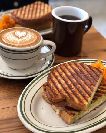 """しっかり焼き目のついた""""ホットサンド""""。こんがりサクサクのパンの中からは、熱々トロトロのアボカドとチーズがあふれ、絶品です。"""