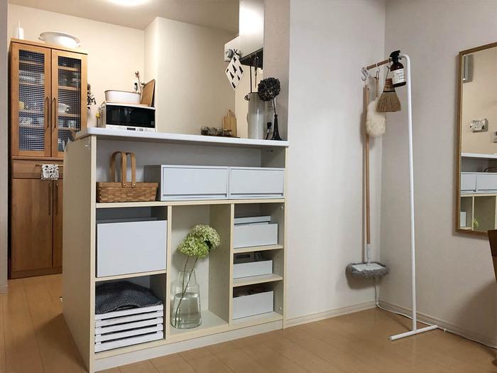カウンター下にオープン棚を設置すれば、デッドスペースを有効活用できます。ディスプレイコーナーにもぴったりです。こまごまとしたものは引き出し収納やボックスにまとめると、こんなにすっきり。