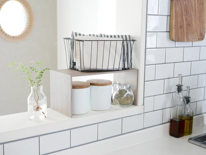 キッチンカウンターは、よく使う食材や調味料の特等席。取り出しやくしまいやすい「見せる収納」に最適なコーナーです。保存容器を統一するなど、デザインにもこだわれば素敵なキッチンインテリアに。