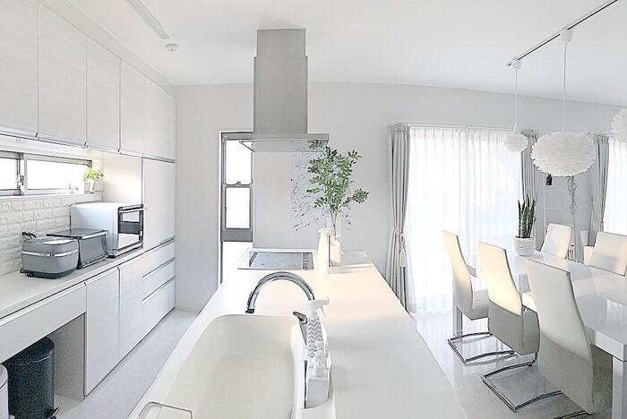 収納棚や家具で場所をとられがちなLDKですが、カウンターテーブルがあれば多目的に使えるスペースが広がりそう。今回は、キッチンカウンターがあるメリットや使い方のアイデアをご紹介します。