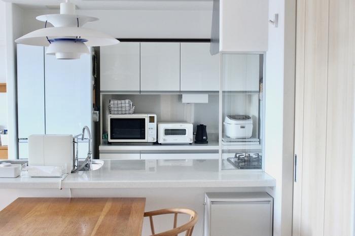 究極のシンプルインテリアをめざすなら、ほぼ、何も置かないキッチンカウンターもあり。ぴかぴかに磨き上げられ、清潔感溢れるキッチンを演出しています。