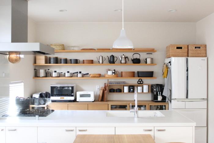 キッチンインテリアを素敵に演出してくれる「キッチンカウンター」。ディスプレイコーナーや見せる収納として楽しめるだけでなく、ダイニングテーブル代わりにしたり、お子さんの学習スペースにしたりとさまざまな使いみちがあります。