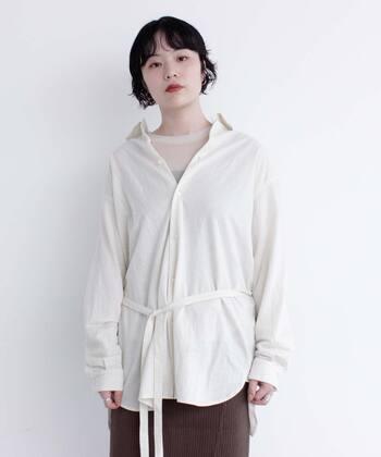 これからの季節選びたいのは、どんなコートにでも似合うホワイトのブラウス。暗くなりがちな冬の着こなしを華やかに♪オーバーサイズが今年らしく、ウエストマークすればまた違った表情が。