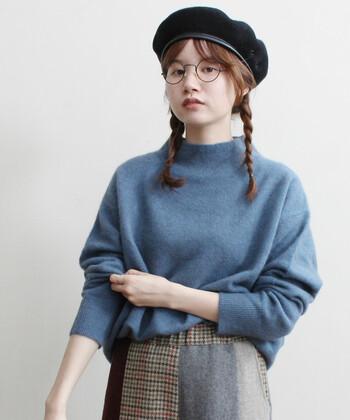 灰色がかったくすんだブルーニットは、暗くなりがちな秋冬の装いのちょうどいいアクセントに。