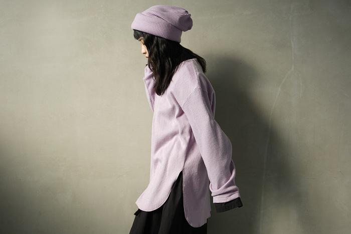 ベーシックなニットキャップは少し明るめのカラーを選んであげると、重くなりがちな寒い季節のコーディネートを明るく軽やかに♪優しいパープルは、ベーシックカラーのどんなお洋服にも意外としっくりと馴染んでくれるんです。