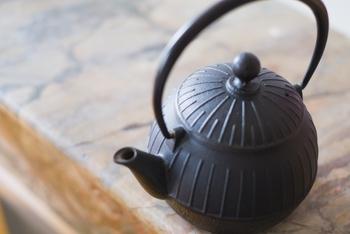 新品の使い始めには、軽くすすいだあと、8分目の水にお茶の葉を1~2杯入れて20分ほど煮ます。お湯を沸かして捨てる作業を2~3回行います。また、使用後にはお湯が熱いうちに捨て、乾いてからしまうようにします。