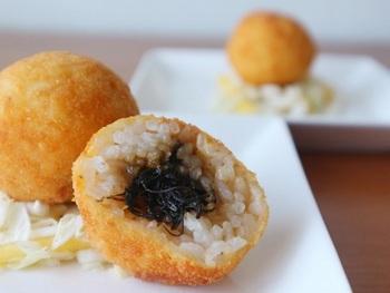 イタリアの名物料理を朱鷺米、さらに佐渡島の名物で和風にアレンジしたレシピです。ライスコロッケの中には佐渡産の岩もずくのりが入っています。海の香りを楽しめる一品になっています。