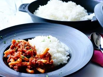イカの一夜干しを使ったカレー風味の煮込み料理と朱鷺米を盛り付けた一品です。カレー風味というだけでも食欲をそそりますよね。そのまま食べてもおいしいお米と、煮込みの相乗効果で何杯もお代わりしてしまいそう。