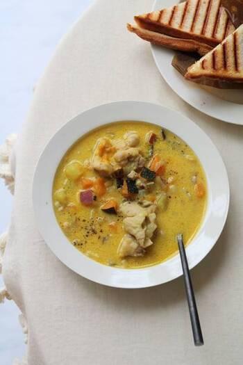 寒い日は、温かいスープが食べたいですよね。こちらのレシピはかぼちゃの他にも、鶏肉やサツマイモ、キノコなどの具材がゴロゴロ入って、食べ応え抜群!体の芯からじんわり温まります。