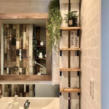 洗面所の狭いスペースにも設置できる収納棚。柱を横向きに揃えて取り付けているので、棚板の幅も広がり、よりたくさん収納できるようになっています。こういった狭い場所には、1×4材を使うのがおすすめです!