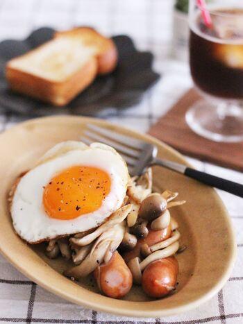 ウィンナーとキノコをたっぷり使った、ボリューム満点の簡単おかずレシピです。レシピでは舞茸とシメジを使用していますが、椎茸やエリンギでも代用可能。たったの5分で簡単に作れるので、忙しい朝にぴったりの一品です。