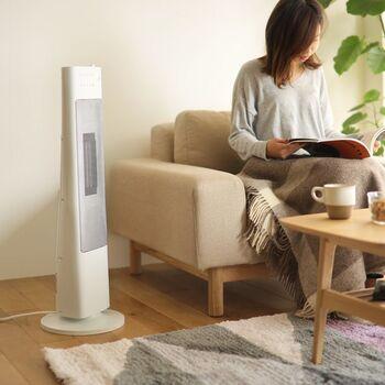 リビングのソファ近くに置くなら、縦に長いスリムタワーヒーターがおすすめ。少し高い位置から温かい風を送ってくれるので、ソファに座った状態でも、全身快適に過ごせます。日本の住宅の壁に多いホワイトをベースにしたスリムなデザインなので、高さがあっても圧迫感がありません。