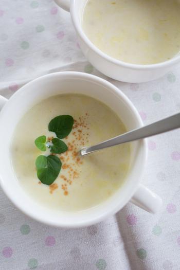 甘くてクリーミーな「さつまいものポタージュ」は、これからの季節におすすめの一品です。あらかじめ「さつまいものマッシュポテト」を作っておけば、時間のない朝も手早く簡単に作ることができます。マッシュポテトに牛乳とバターを加えて加熱した後に、スープを一度濾すとよりなめらかなポタージュに仕上がりますよ。