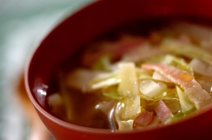 濃厚トロトロのチーズパンには、シンプルな味付けの野菜スープがぴったり。火は一切使わずに、電子レンジだけで簡単に調理できますよ。キャベツや大根などの野菜がたっぷり摂れて栄養満点の一品です。電子レンジで加熱する時は、はじめは半量の水で加熱し、野菜を蒸すように火を通すことがポイントです。